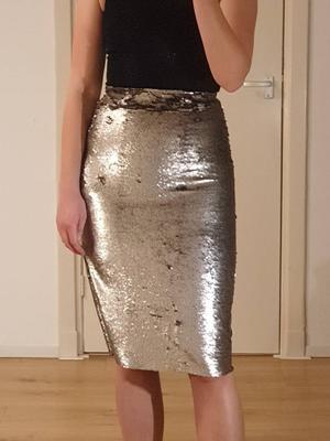 Zilveren rok met pailletten en split aan zijkant - Mango maat 34